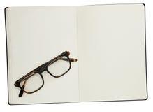 Glazen en boek op wit Stock Afbeelding