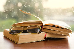 Glazen en boeken over het venster Royalty-vrije Stock Foto's