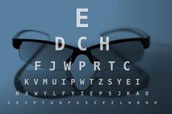 Glazen en de grafiek van de oogtest Stock Foto's
