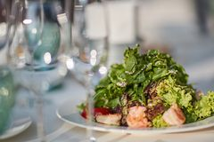Glazen en een plaat met groenten Royalty-vrije Stock Foto