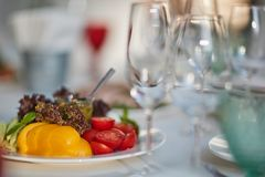 Glazen en een plaat met groenten Royalty-vrije Stock Foto's