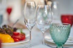 Glazen en een plaat met groenten Stock Foto