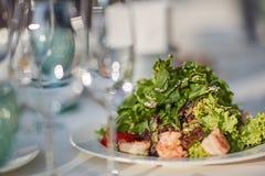 Glazen en een plaat met groenten Stock Foto's