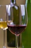 Glazen en flessen rode en witte wijn Royalty-vrije Stock Foto