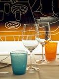 Glazen en gekleurde glazen in bistro voor een romantische datum Stock Foto