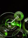 Glazen en glazen door gekleurd licht op een zwarte achtergrond worden benadrukt die Royalty-vrije Stock Afbeelding