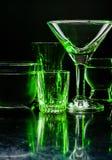 Glazen en glazen door gekleurd licht op een zwarte achtergrond worden benadrukt die Royalty-vrije Stock Fotografie