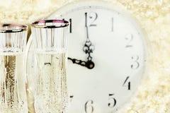 Glazen en Klok bij Middernacht Royalty-vrije Stock Foto's