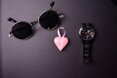 glazen en klok in de stijl van steampunk met een roze hart in het centrum op een zwarte achtergrond royalty-vrije stock fotografie