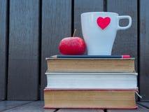 Glazen en koffie witte kop met rood hart royalty-vrije stock foto