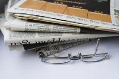Glazen en kranten. Royalty-vrije Stock Afbeeldingen