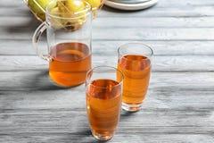 Glazen en kruik appelsap royalty-vrije stock foto