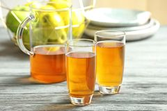 Glazen en kruik appelsap stock fotografie