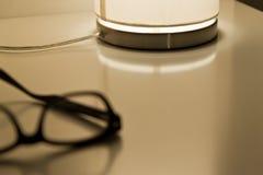 Glazen en lamp op een lijst Stock Afbeelding