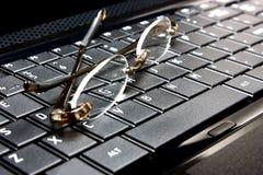 Glazen en laptop Royalty-vrije Stock Foto's