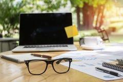 Glazen en laptop op houten Desktop in modern bureau met toebehoren, Exemplaarruimte voor uw tekst royalty-vrije stock foto