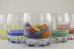 Glazen en multicolored ijs Stock Afbeeldingen