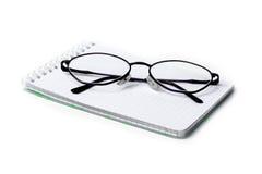 Glazen en notitieboekje Stock Afbeelding