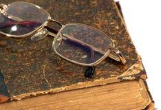Glazen en oud boek Stock Foto's