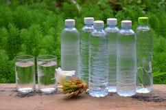 Glazen en plastic flessen koel water royalty-vrije stock foto
