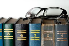 Glazen en verschillende gekleurde boeken Stock Foto