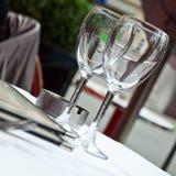 Glazen in Frans restaurant stock foto's