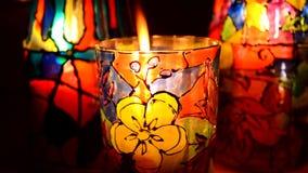 Glazen geschilderde gebrandschilderd glasverven, kaars binnen stock video