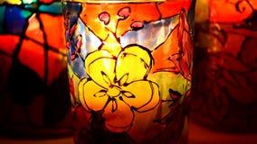 Glazen geschilderde gebrandschilderd glasverven, kaars binnen stock footage