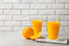 Glazen jus d'orange en verse vruchten Stock Afbeeldingen