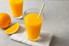 Glazen jus d'orange en verse vruchten Royalty-vrije Stock Afbeeldingen