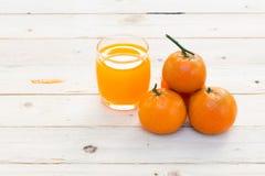 Glazen jus d'orange en vruchten Stock Fotografie