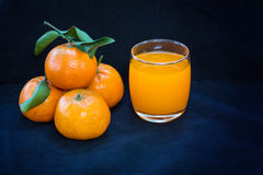 Glazen jus d'orange en vruchten Royalty-vrije Stock Foto