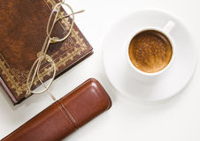 Glazen, koffie, boek. Royalty-vrije Stock Fotografie