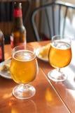 Glazen koud bier met heerlijke tapas stock foto's