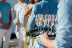 Glazen koude champagne met een plak van aardbeien bij de huwelijksceremonie op Santorini stock afbeeldingen