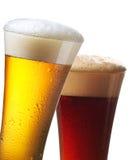 Glazen licht en donker bier stock afbeeldingen
