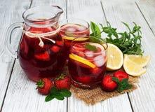 Glazen limonade met aardbeien Stock Afbeeldingen