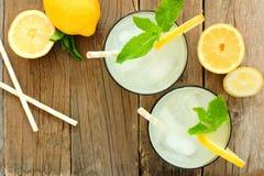 Glazen limonade met munt, luchtmening op hout Royalty-vrije Stock Foto