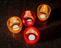 Glazen met aangestoken kaarsen op een zwarte lijst Stock Fotografie