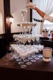 Glazen met alcoholisch Piramide van champagneglazen met vloeibare stikstof stock afbeelding