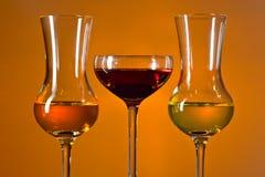 Glazen met alcoholische drank stock afbeeldingen