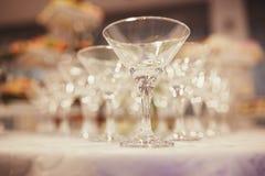 Glazen met alcoholische dranken in de piramide Glazen op de lijst royalty-vrije stock fotografie
