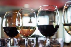 Glazen met alcoholische dranken in een restaurant Stock Afbeelding