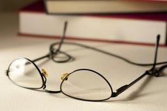 Glazen met Boeken stock foto