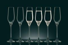 Glazen met champagne en lege glazen Royalty-vrije Stock Afbeelding