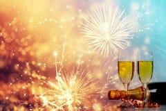Glazen met champagne tegen vuurwerk Royalty-vrije Stock Afbeelding