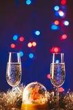 Glazen met champagne tegen vuurwerk en vakantielichten - Ce Royalty-vrije Stock Foto