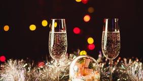 Glazen met champagne tegen vuurwerk en vakantielichten - Ce Stock Foto's