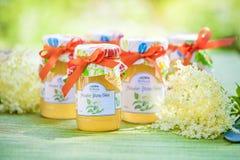 Glazen met de gelei van de elderflowerbloem Royalty-vrije Stock Afbeeldingen