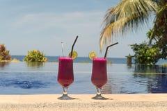 Glazen met een cocktail dichtbij de pool Royalty-vrije Stock Foto's